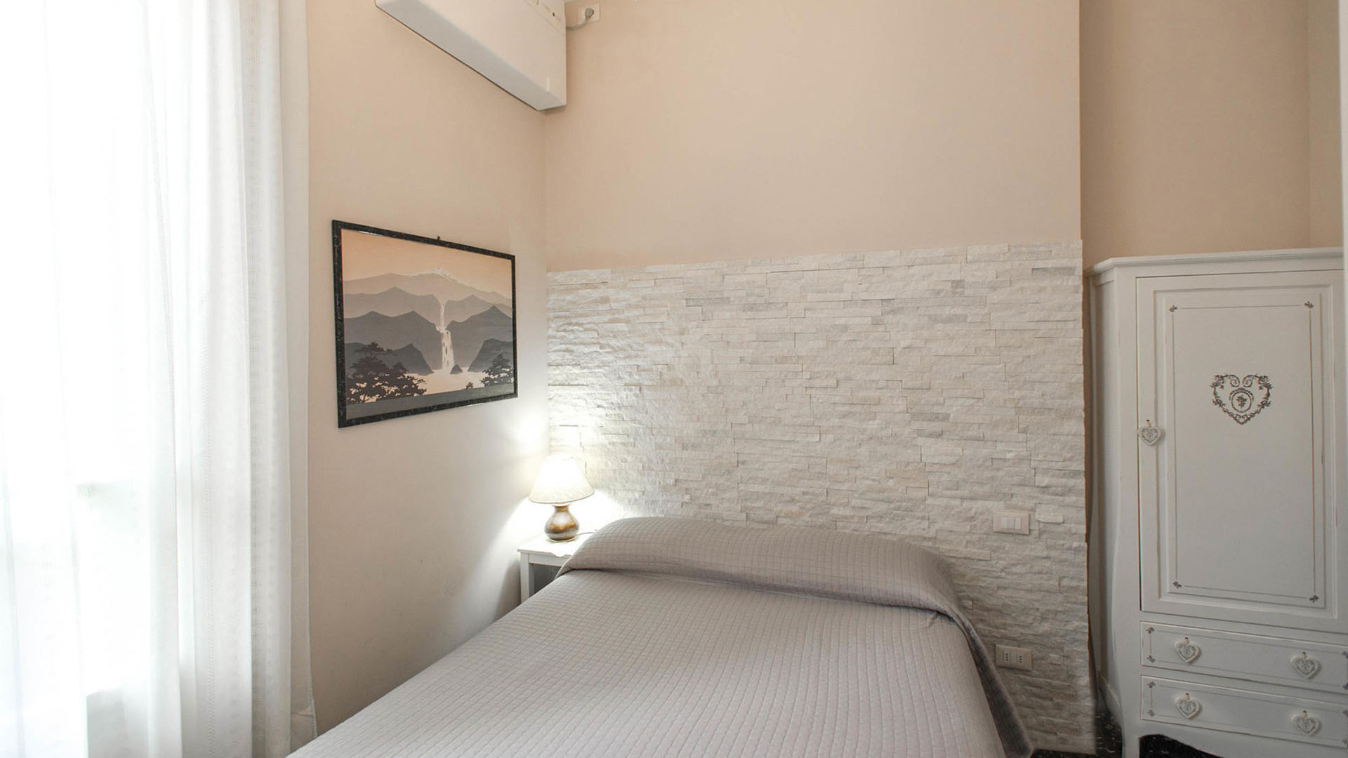 Camera dotata di aria condizionata tv freeWifi con bagno privato ...